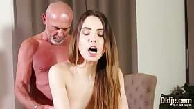 Shafting niggardly vagina making her wet for grandpa
